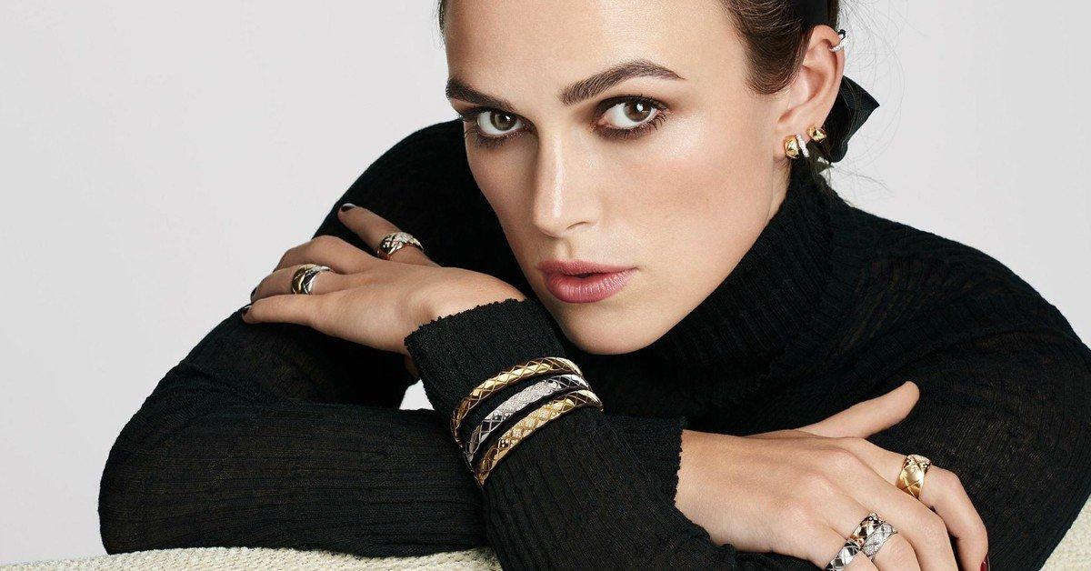 影星Keira Knightley(綺拉‧奈特莉)指間展現COCO CRUSH珠寶多層次配戴的性格魅力!