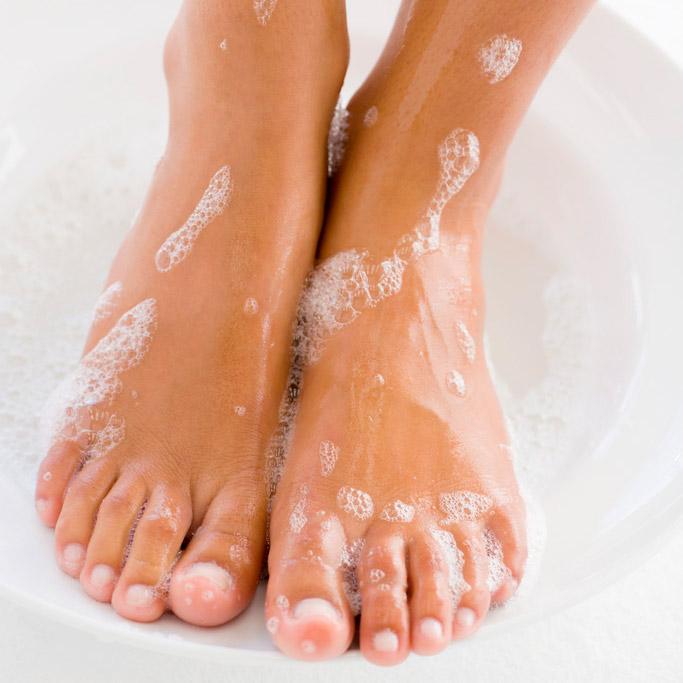 徹底清潔腳是足部保養的第一步。