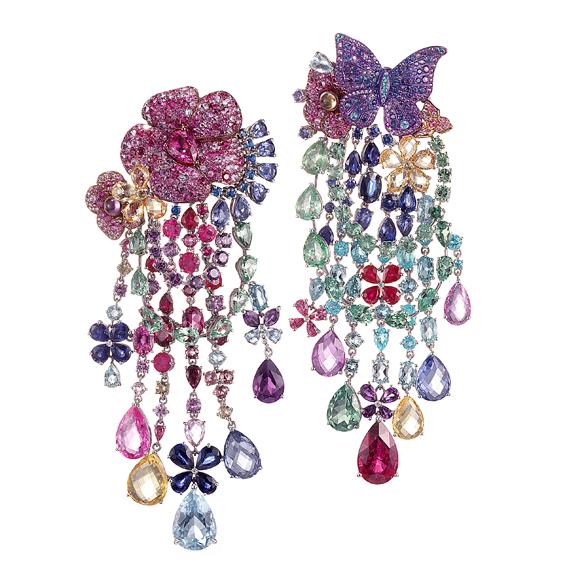 Rihanna ♥ Chopard 頂級珠寶系列 18K白金與鈦金材質鑲嵌藍寶石、粉紅剛玉、黃寶石、沙佛萊石、紅碧璽、綠柱石、海藍寶石、Paraiba碧璽、紅寶石、紫水晶、托帕石、天藍石以及鑽石耳環。