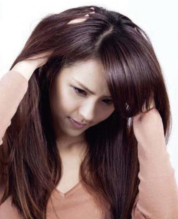 將手指深入髮根撥鬆,讓熱氣與濕氣散去,確保頭髮全乾,髮根支撐力。