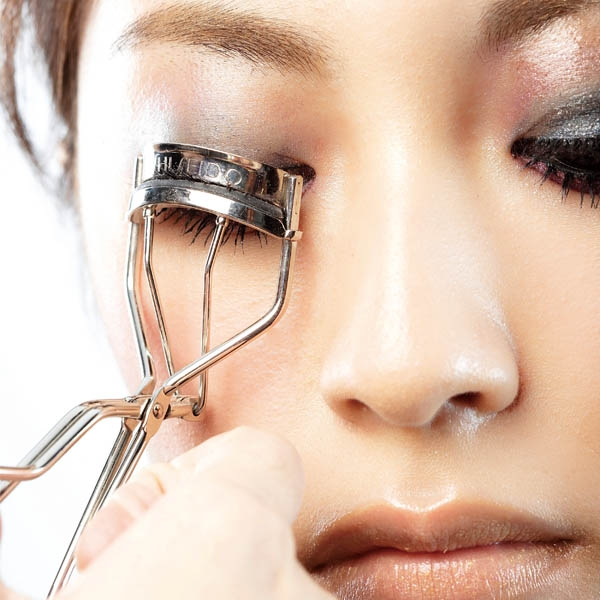 睫毛夾 需考量孤度和其軟墊的彈性度
