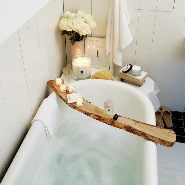 泡澡時,在水裡滴入幾滴精油,能洗滌身心的疲憊。