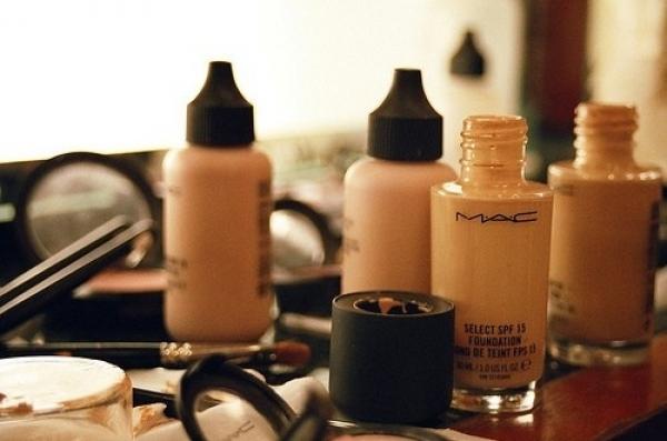 真正底妝系列產品則是依質地由濕到乾使用。