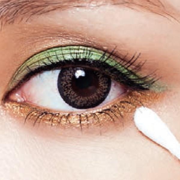棉花棒沾少許乳液,將眼皮上暈開的眼妝或黑眼圈的卡粉推開。