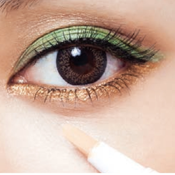 用遮瑕筆塗少量在黑眼圈,再以指腹拍勻。