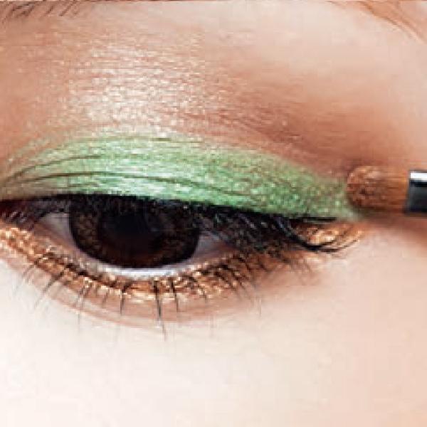 重新補脫落的眼線和眼影。