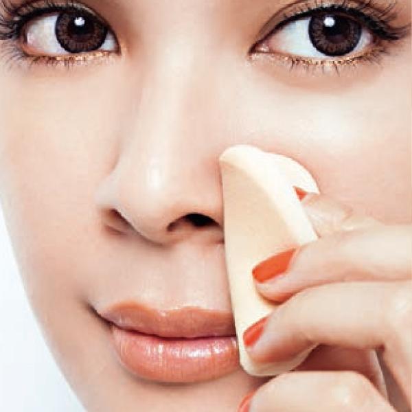 將原本就沾過粉底的海綿,按壓脫妝部位,使粉塊均勻。