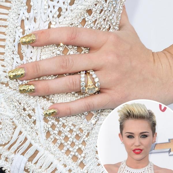 麥莉希拉Miley Cyrus金色的亮片指彩,非常適合她相當有個性的風格。