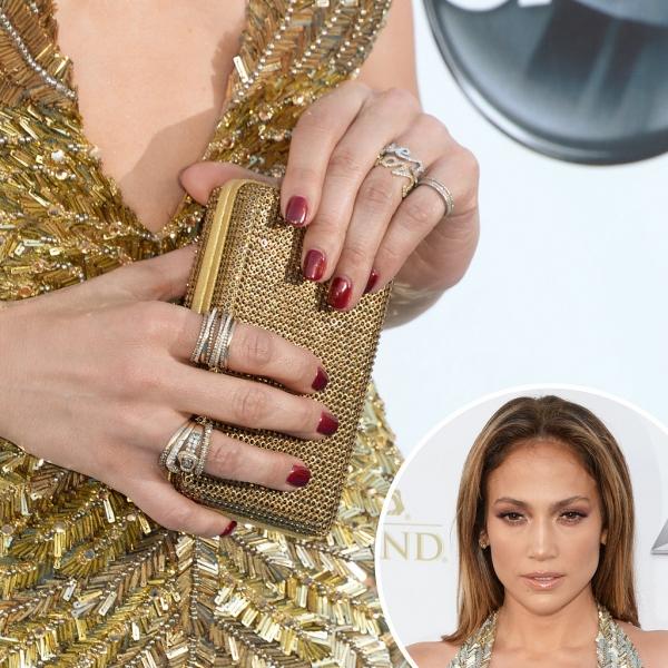 珍妮佛洛佩茲Jennifer Lopez以酒紅色指彩搭配全身金的穿著,顯得貴氣十足。
