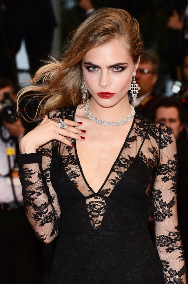 卡拉迪樂芬妮Cara Delevingne選擇以紅唇搭配紅色指彩,優雅又性感。