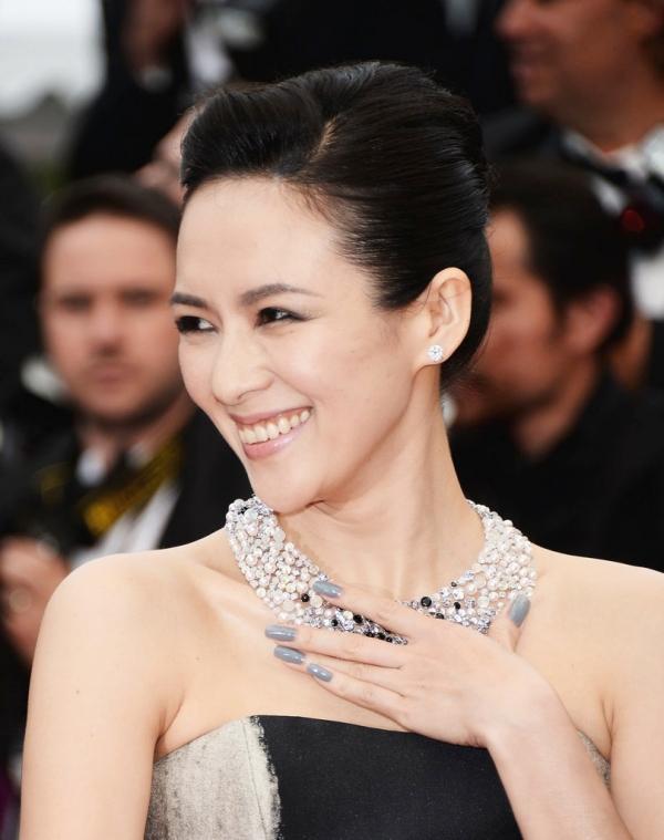 章子怡擦上了流行的灰色調指彩。