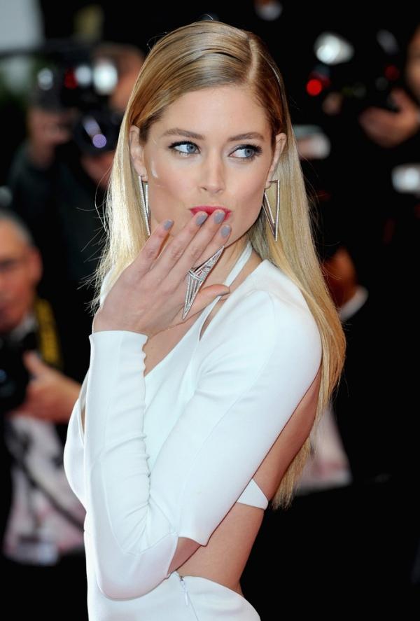 維多利亞的秘密名模杜晨科洛斯Doutzen Kroes,淡妝搭配裸灰色指彩更顯優雅氣質。