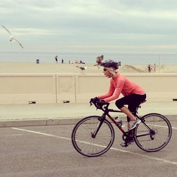 茱莉安哈克Julianne Hough最近愛上單車運動。