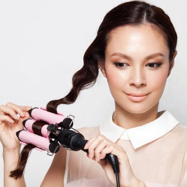 取一髮束先梳順,將三管電棒夾住頭髮後,略停數秒再放開。