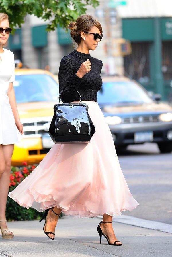 潔西卡艾芭Jessica Alba現身於紐約時裝周,一襲優雅裝扮,踩上細跟高跟鞋畫龍點睛。