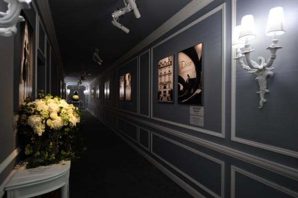 高級訂製秀場上來賓們還可以欣賞到法國著名攝影師 Gérard Uféras 熱拉爾尤菲拉的攝影展。