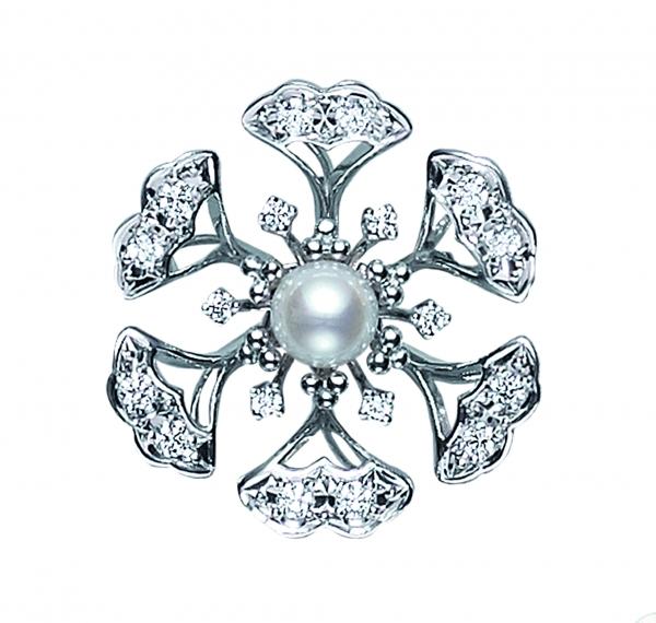 120周年日本真珠鑽石胸針  材質:日本珠5.25mm/鑽石/18白K金  售價:NT$96,000