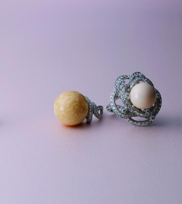 2013 MIKIMOTO真珠發明120周年頂級珠寶新品_(右)天然南洋珠鑽石戒指 NT$ 4,200,000;(左)美樂珠鑽石戒指 NT$5,000,000