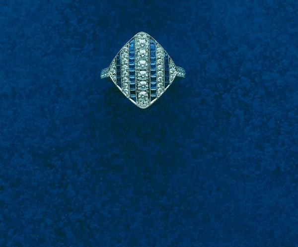 MIKIMOTO頂級珠寶Legacy Collection 藍寶鑽石戒指  從1908~1938年間,以MIKIMOTO發行的「真珠」目錄中挑選出品牌的經典作品,復刻當時設計及傳統的工藝技術,重現日本