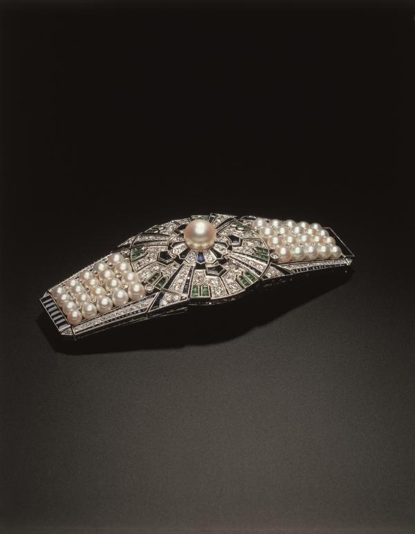 矢車 (Yaguruma) 是個多功能的百變帶扣,能夠分拆成十二件可替換的配件,如髮簪、胸針、別針、戒指等,開創多功能首飾設計的先河。  「矢車」於1937年在巴黎萬國博覽會上展出,其創意精巧的設計在