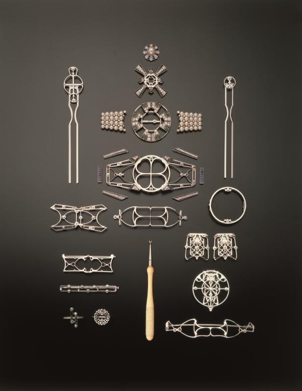 「矢車」和服帶扣採用多種金屬及寶石製造,包括18K黃金、18K白金及鉑金、共重3.48克拉鑽石、8.47克拉藍寶石、0.70克拉綠寶石及41粒珍貴日本養珠,尺寸長3.25公分及寬8.75公分。精緻細膩