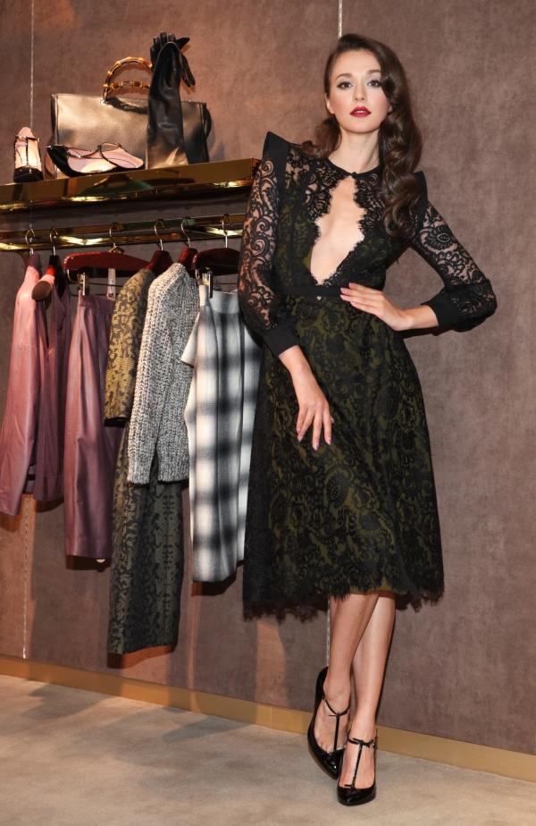 瑞莎 縷空蕾絲洋裝, NT$ 170,100 Beverly黑色漆皮瑪麗珍鞋, NT$ 24,500
