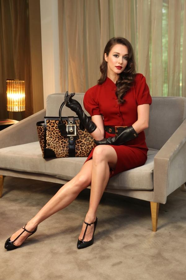瑞莎 復古燈籠袖洋裝, NT$ 60,800 麂皮金色釦環腰帶, NT$ 21,100 黑色羊皮長手套, NT$ 17,700 Lady Buckle豹紋提包, NT$ 129,500 Beverly