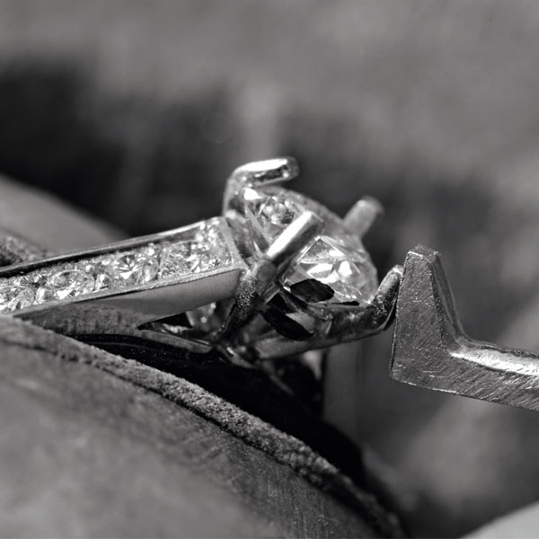 Cartier 工匠打造鉑金鑽石戒指。