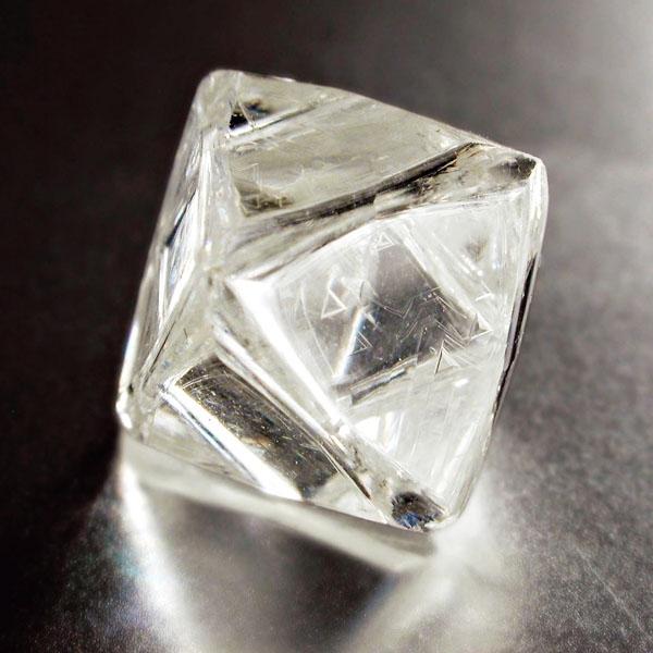 De Beers 八角晶體鑽石原石, 由於鑽石硬度大而較脆的特性, 容易從切面處斷裂。