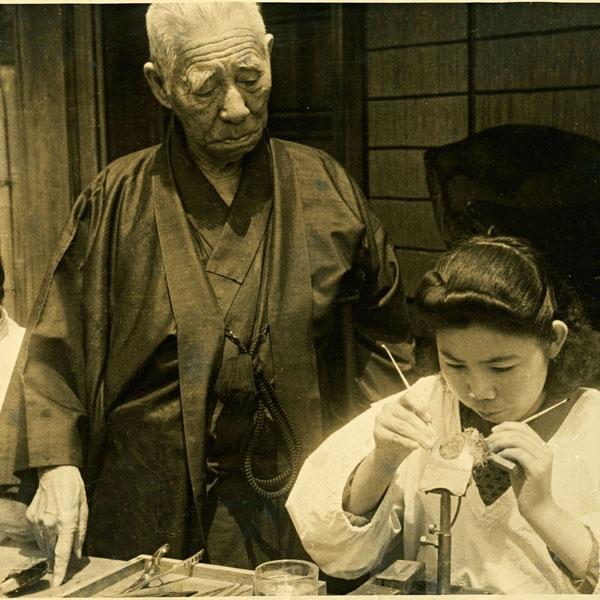 由於珍珠的評選極度仰賴人, 因此 Mikimoto 創辦人御木本先生站立於後方, 監督著每位挑選者的評判。