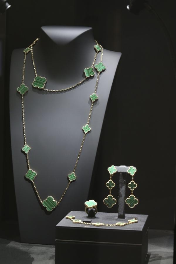 Alhambra系列當中孔雀石是經典的寶石,全新Alhambra推出完整多元的品項。
