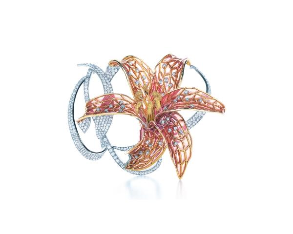 立體的花瓣輪廓,提升穿搭的活潑度。