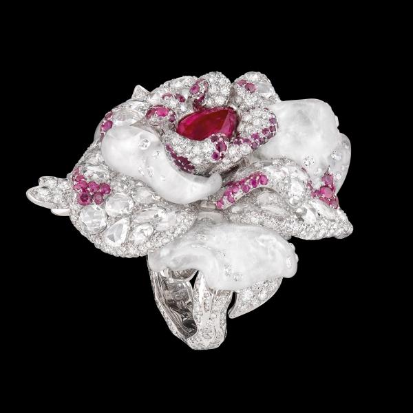 白色為主視覺的戒指,絕對是百搭款式,搭配任何顏色的服飾都適合。