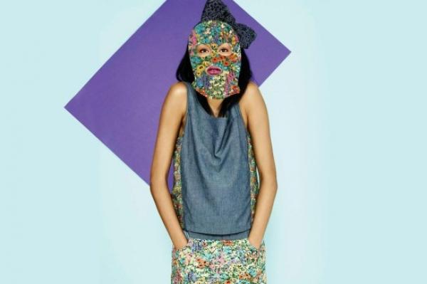 碎花丹寧背心裙:兩件式的丹寧背心結合碎花短裙,柔美又率性。$ 4,990