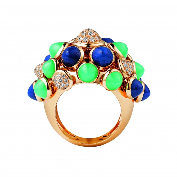 卡地亞Paris Nouvelle Vague系列Espiègle戒指,黃K金鑲嵌青金石、綠玉髓與鑽石,參考價格約NT$ 1,160,000。