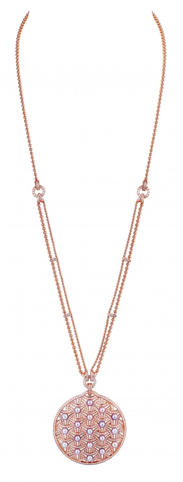 卡地亞Paris Nouvelle Vague系列Impertinente戒指,白K金鑲嵌鑽石、黑色縞瑪瑙與青金石,參考價格約NT$ 670,000。