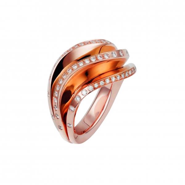 卡地亞Paris Nouvelle Vague系列Glamour戒指,玫瑰K金三重波浪裝飾鑲嵌鑽石,參考價格約NT$ 347,000。
