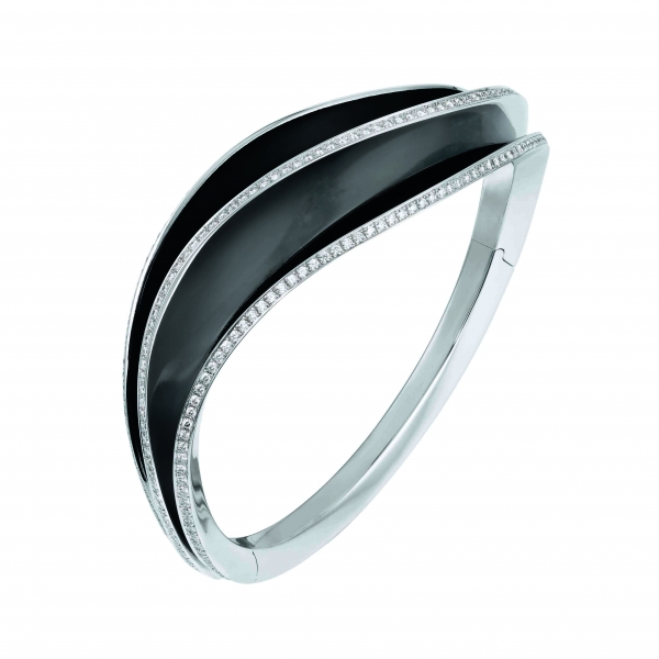 卡地亞Paris Nouvelle Vague系列Glamour手環,白K金三重波浪裝飾鑲嵌鑽石,黑色漆面,參考價格約NT$ 2,670,000。
