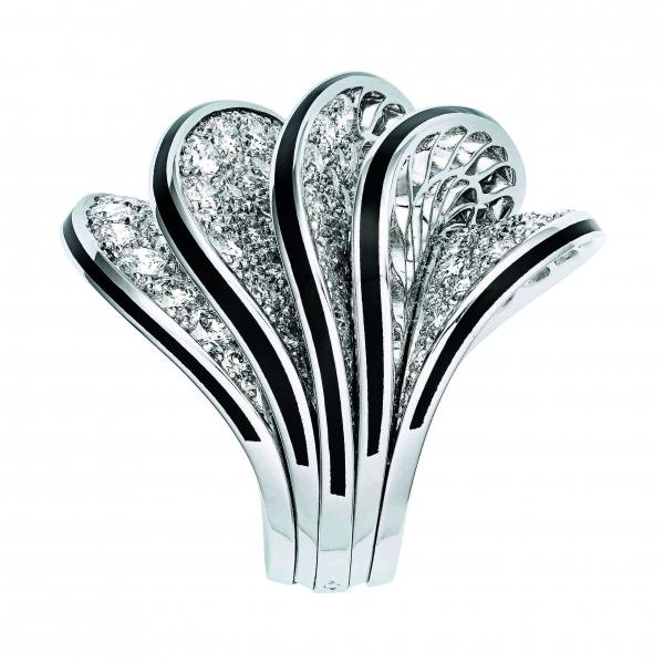 卡地亞Paris Nouvelle Vague系列Glamour戒指,白K金五重波浪裝飾鑲嵌鑽石,黑色漆面,參考價格約NT$ 3,780,000。
