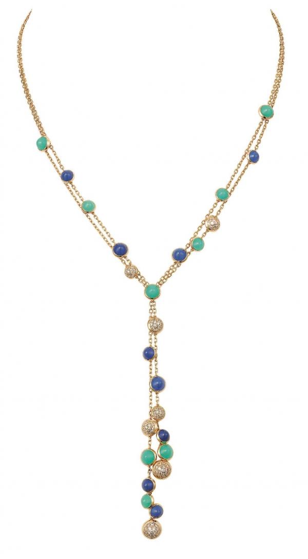卡地亞Paris Nouvelle Vague系列Espiègle項鍊,黃K金鑲嵌青金石、綠玉髓與鑽石,參考價格約NT$ 1,030,000。