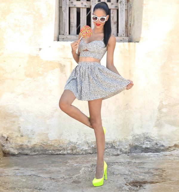 今夏流行的透肌洋裝最適合穿上螢光色高跟鞋