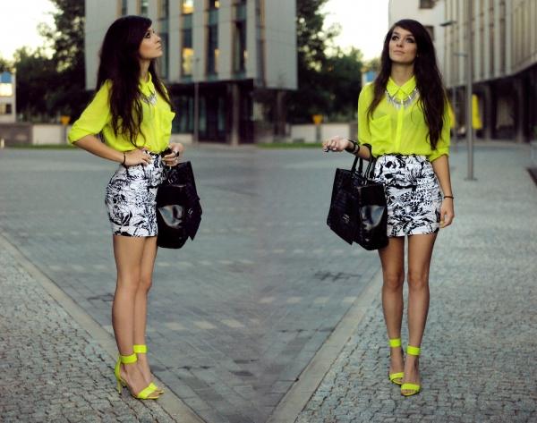 螢光黃襯衫與繫踝涼鞋的互相呼應搭配
