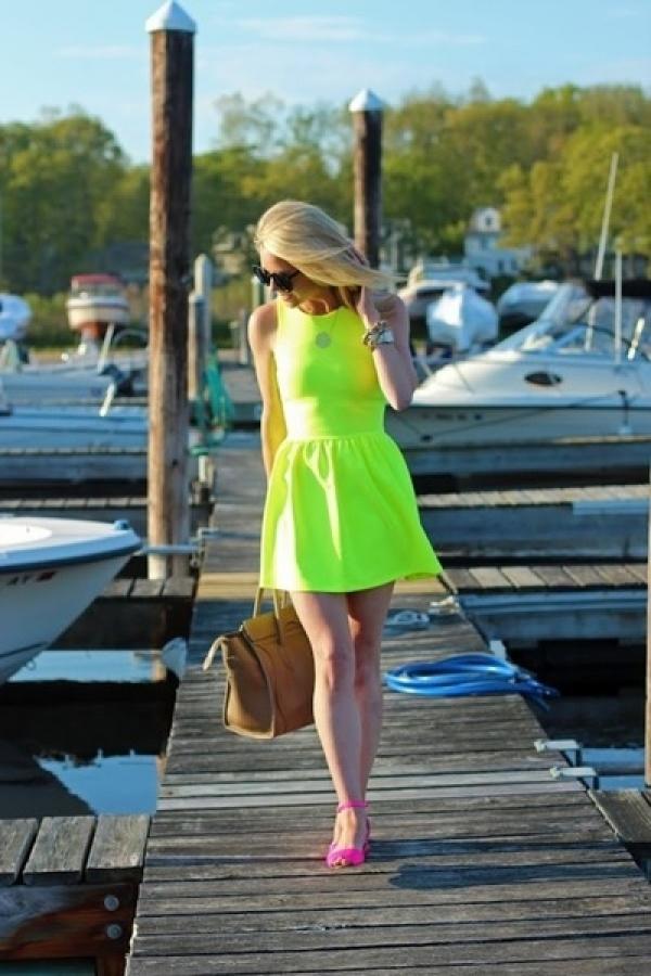 螢光綠與螢光桃紅的強烈對比時尚