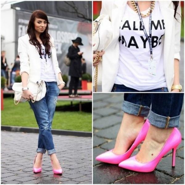 牛仔褲與螢光桃色高跟鞋