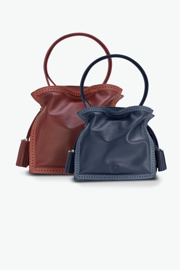 磚紅穿孔蕾絲鑲邊納帕革Flamenco 30 手袋 NT$81,000.深藍納帕革Flamenco 22 手袋 NT$73,000