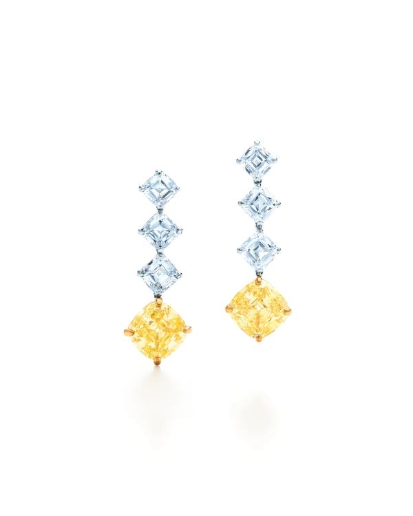 Tiffany 6.18克拉黃鑽鑽石耳環,由2顆方形古典改良明亮式切割黃鑽鑲嵌而成,共重6.18克拉,另鑲6顆白鑽重3.54克拉,參考價NT$13,860,000。