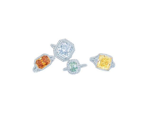 Tiffany彩色鑽石戒指,由左至右:3.66克拉祖母綠切割橘鑽戒指NT$79,695,000、5.02克拉矩形改良明亮式切割彩藍鑽戒指NT$155,925,000、1.53克拉祖母綠切割濃彩綠鑽戒指