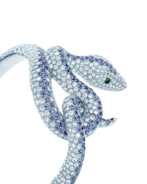 Tiffany蒙大拿藍寶石蛇型手鐲,10.39克拉蒙大拿藍寶石和鑽石蛇型手鐲,蛇眼為蛋面祖母綠,收錄於2013 Blue Book,參考價NT$5,545,000。