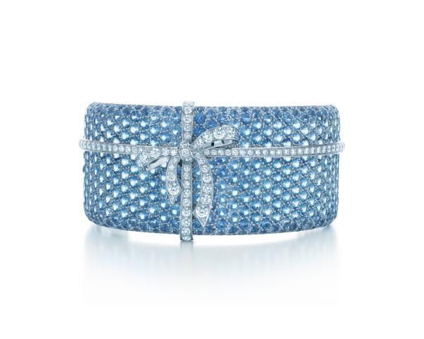 Tiffany經典蝴蝶結手鐲,鑲嵌白鑽、海水藍寶,收錄於2013 Blue Book,參考價NT$5,715,000。