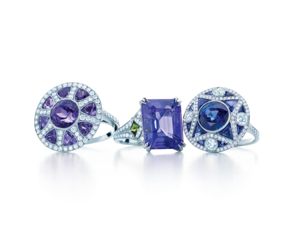 Tiffany有色寶石戒指,收錄於2013 Blue Book。由左至右:丹泉石鑽戒NT$865,000、丹泉石與沙弗萊石鑽戒NT$795,000、藍寶石鑽戒NT$1,905,000。